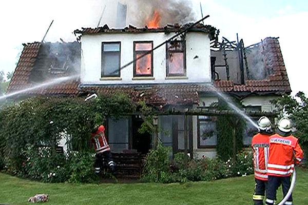 Feuer zerstört Anwesen. Foto: Nonstopnews