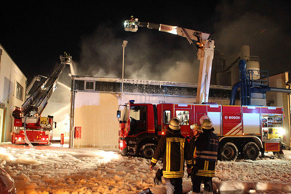 Brand in Bamberg: Es entstand Millionenschaden, die Feuerwehr musste die Halle kontrolliert abbrennen lassen. Foto: News5