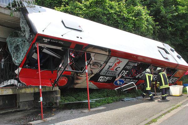 Busunfall in Heckendahlheim (Mandelbachtal): Der Fahrer und 21 Schüler wurden verletzt. Foto: Pictureswelt