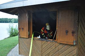 Brand in einer DLRG-Hütte in Bruchsal-Untergrombach. Foto: Heinold/Feuerwehr