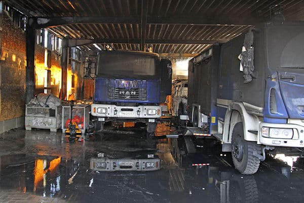 Feuer beim THW in Bad Oldesloe: Ein Fahrzeug brannte aus, weitere wurden stark beschädigt. Foto: Oliver Renter
