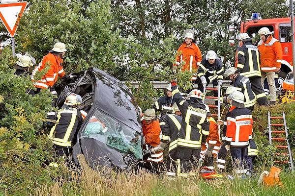 Einsatzkräfte leiten die Rettung des eingeklemmten Opel-Fahrers ein. Foto: Stephan Konjer