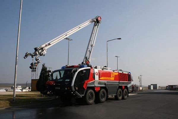 """Flughafenlöschfahrzeug """"Panther"""" am Airport Köln/Bonn. Die Spieleentwickler ließen sich von diesem Fahrzeug inspirieren. Foto: Rondomedia"""