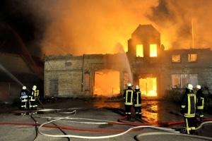 Ein Großfeuer vernichtete in der Gemeinde Owschlag ein kombiniertes Wohn- und Stallgebäude. Die Feuerwehr brachte einen gehbehinderten Mann in Sicherheit. Foto: Holger Bauer