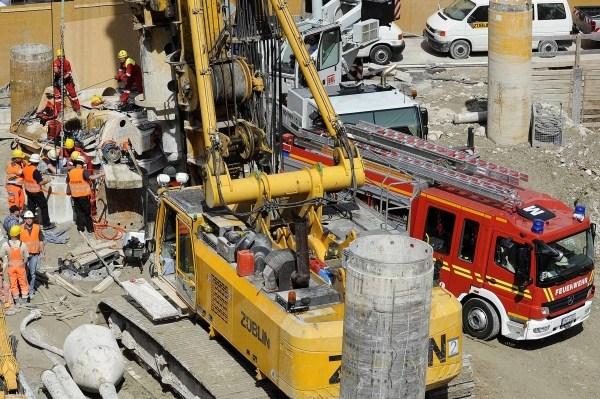 Die Höhenrettungsgruppe der Berufsfeuerwehr München musste Hilfe in einem Bohrloh leisten. Ein Höhenretter musste in 15 Metern Tiefe den 20 Stahlstäbe durchtrennen. Fotos: Feuerwehr München