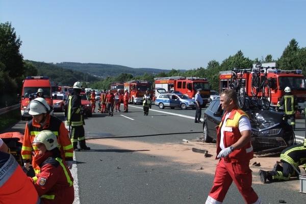 Bei einem schweren Unfall auf der A1 wurden am Himmelfahrstag fünf Personen teilweise schwer Verletzt. Foto: Feuerwehr Gevelsberg
