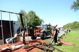 Mehrere tausend Liter Tomatenmark liefen bei einem schweren Unfall in einer Autobahnauffahrt bei Ratingen aus. Foto: Feuerwehr Ratingen