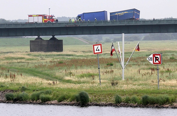Das Unglück ereignete sich auf der Brücke, was die Bergung erschwerte. Foto: Timo Jann