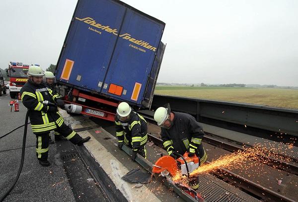 Mitten auf der Elbbrücke Lauenburg verlor ein Lkw-Fahrer die Kontrolle über seinen Hängerzug und landete auf dem neben der Fahrbahn verlaufenden Bahngleis. Foto: Timo Jann