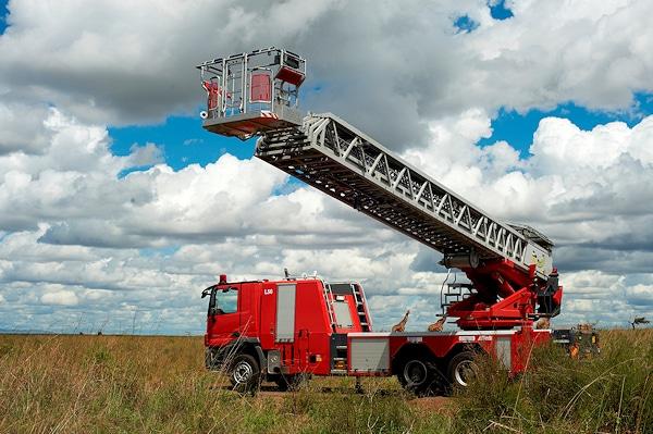 56 Meter Leiterhöhe bietet die Metz L56 für die Feuerwehr Nairobi. An der Leiterspitze ist ein Überklappkorb für drei Personen angebracht. Foto: Metz Aerials