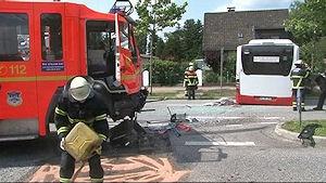 Unfall mit Feuerwehrfahrzeug in Hamburg: Zwei Menschen starben. Foto: Nonstopnews