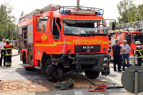 Das schwer beschädigte HLF der Feuerwehr Hamburg. Foto: Presse-Nord/Langer