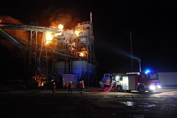 Großbrand in Gandesbergen: Ein Förder- und Aufbereitungsturm eines Kieswerkes brennt. Foto: Steuer/Feuerwehr