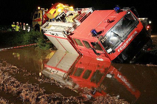 Unfall: Ein Feuerwehrfahrzeug der FF Palling ist in das Hochwasser eines Baches gestürzt. Foto: fib/LAM