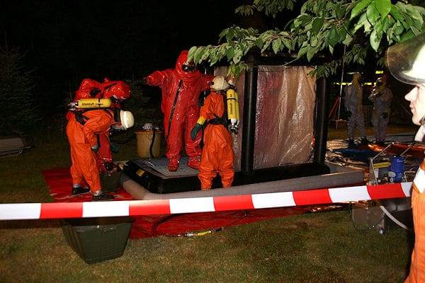 Dekontamination beim Gefahrguteinsatz: Die Feuerwehr geht zur Leichenbergung mit Vollschutz vor. Foto: Polizei
