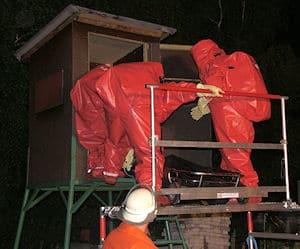 Die Leiche des Selbstmörders wird geborgen. Foto: Polizei