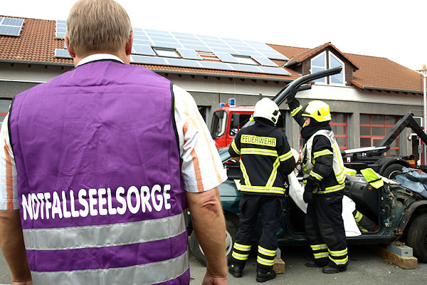Seelsorger im Übungseinsatz: Praktische Übung bei der Feuerwehr Iserlohn. Foto: BF Iserlohn