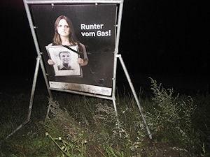 """Beschädigtes Hinweisschild: """"Runter vom Gas!"""" Foto: Polizei"""
