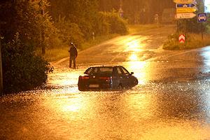 Hochwasser in Nürnberg - für dieses Fahrzeug gab es in der Flut kein Weiterkommen. Foto: News5