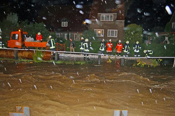 Hochwasser in Sachsen: In Cunewalde baut die Feuerwehr Sandsack-Barrieren. Foto: RP