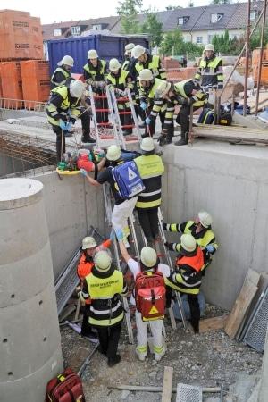 Nach einem Einsturz eines Gerüstes auf einer Baustelle musste die Feuerwehr drei Bauarbeiter retten. (Foto: Berufsfeuerwehr München)