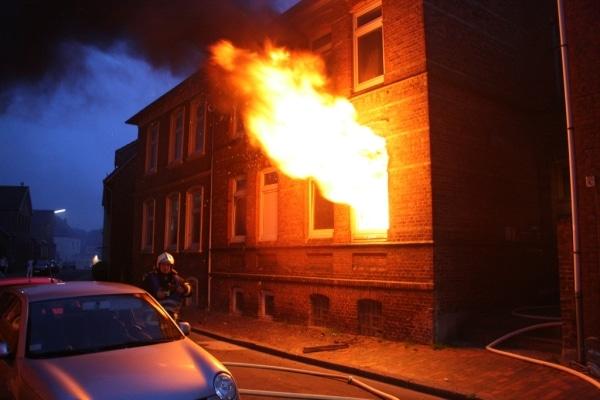 Die Flammen schlagen aus dem Fenstr einer Wohnung in Itzehoe. Die Feuerwehr konnte einen Mann und einen Hund aus den Räumen retten. Foto: KFV Steinburg