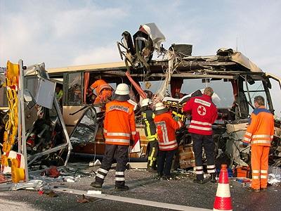 Furchtbarer Unfall auf der A28. Zwei Erwachsene sterben. Kinder werden zum Teil schwer verletzt. Foto: Buß/Feuerwehr