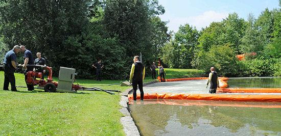 Feuerwehr muss Ölschlengel gegen Löschpulver auslegen. Foto: Branddirektion München