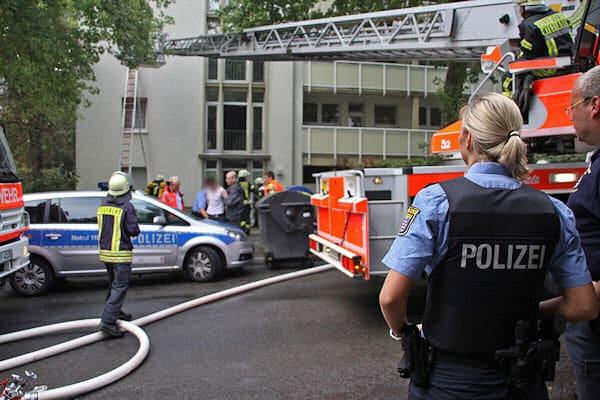 Die Bedrohungslage ist beendet: Polizeibeamte nehmen im Hintergrund den mutmaßlichen Täter fest. Foto: wiesbaden112.de