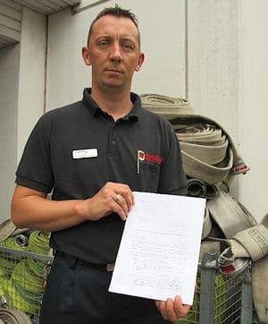 Michael Schwarz von der BF Wuppertal zeigt die Petition. Foto: Peter Fichte
