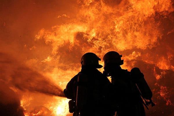 Großfeuer: Rund 1.000 Rundballen verbrennen bei diesem Brand in Geesthacht. Foto: Timo Jann