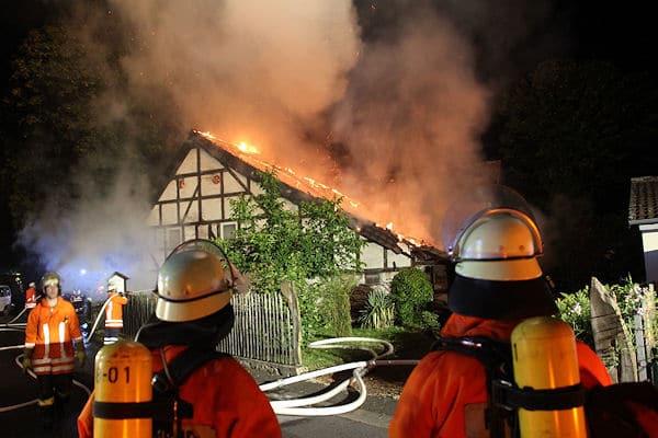 Großfeuer in Rosdorf: Ein Fachwerkhaus steht in Flammen. Foto: Stefan Rampfel