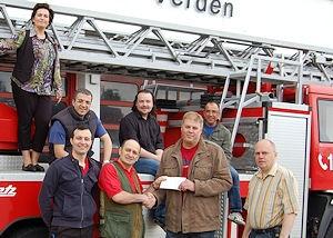 Spendenübergabe in Verden: Italienische Gastwirte überreichen einen Scheck an die Verantwortlichen des Feuerwehr-Fördervereins.