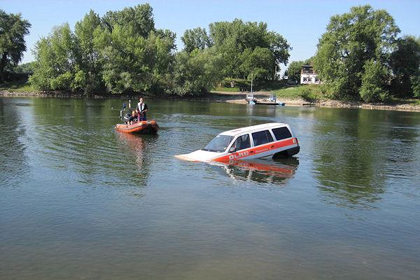 Ein ehemaliges DLRG- bzw. Feuerwehrfahrzeug als Übungsobjekt: Feuerwehrtaucher simulieren den Einsatz bei einen im Wasser versinkenden Pkw. Foto: Zahn/DLRG