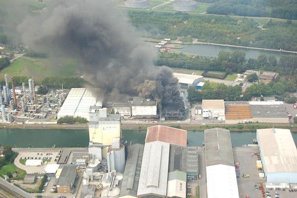 Großbrand im Stadtteil Schalke in Gelsenkirchen. Eine enorme Rauchsäule steigt auf. Foto: Feuerwehr