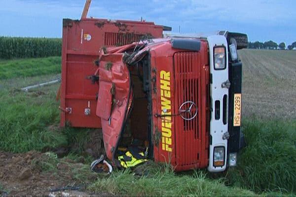 Tödlicher Unfall mit Feuerwehrfahrzeug bei Erkelenz: ein Feuerwehrmann starb, als sich dieses Wechselladerfahrzeug überschlug. Foto: Jungmann
