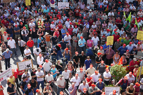 Demonstration in Giengen: Mitarbeiter und Unterstützen gehen für eine Zukunft der Firma Ziegler auf die Straße. Foto: Heino Schütte