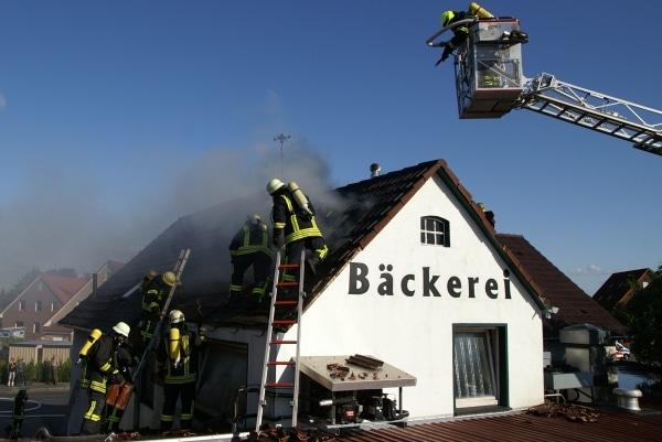 Das Dach einer Bäckerei in Norden brennt. Ein Berufsfeuerwehrmann aus Köln hat das Feuer entdeckt. (Fotos: Thomas Weege)