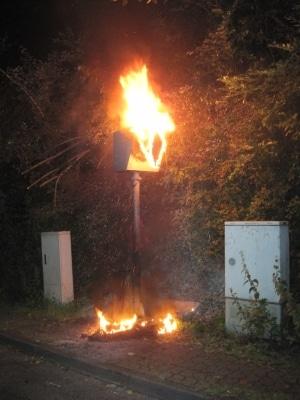 Unbekannte setzen in Overath eine Starenkasten in Brand. Der Film konnte jedoch gerettet werden und wird nun von der Polizei ausgewertet. (Foto: Polizei)