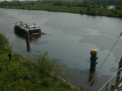 Mit 880 Tonnen Kies beladen versinkt das Schiff plötzlich und unerwartet in der Weser. Fotos: Feuerwehr