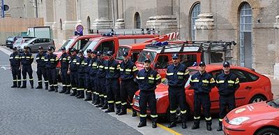 Ein großer Teil der vatikanischen Feuerwehrmänner hat sich vor der Feuerwache im Belvederehof zum Gruppenbild versammelt.