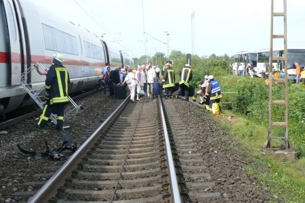 Ein ICE rammte auf einem Bahnübergang in Lippstadt einen Trecker. Von den rund 200 Fahrgästen wurden lediglich zwei leicht verletzt. (Fotos: Polizei)