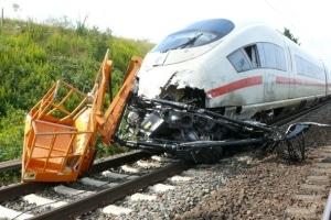 Ein ICE rammte auf einem Bahnübergang in Lippstadt einen Trecker. Von den rund 200 Fahrgästen wurden lediglich zwei leicht verletzt. (Foto: Polizei)