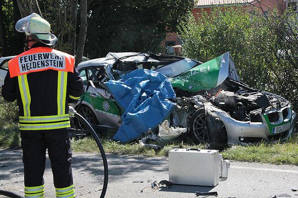 Das Wrack eines Streifenwagens: Ein Polizist verunglückte auf der Bundesstraße 12 tödlich. Foto: fib/Eß