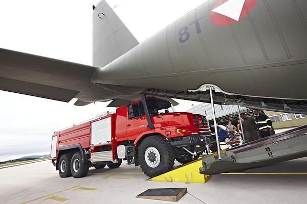 """Für den Einsatz in Krisengebieten kann der """"Buffalo"""" mittels einer Lockheed C 130 """"Hercules"""" auch geflogen werden. Foto: Rosenbauer"""