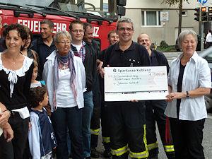 Bei der Spendenübergabe: Johannes Scheid mit dem symbolischen Scheck. Foto: Feuerwehr