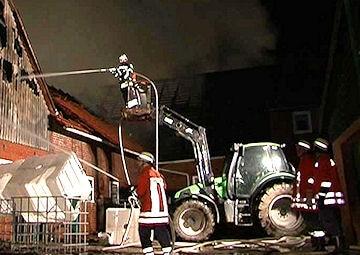 Löschmaßnahmen vom Traktor aus. Foto: NonstopNews