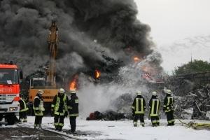 Ein Großfeuer auf einem Schrottplatz in Essen-Kray beschäftigte am Sonnatg mehrere Feuerwehren aus dem Ruhrgebiet. (Foto: Mike Filzen/Feuerwehr)