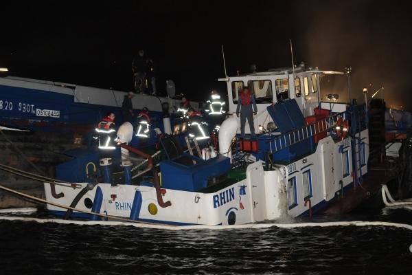 """Das Binnenschiff """"Rhin"""" drohte im Hamburger Kattwykhafen zu sinken. Durch einen aufwendigen Pumpeneinsatz konnte das Schiff vor dem Sinken bewahrt werden. (Foto: Christian Timmann)"""