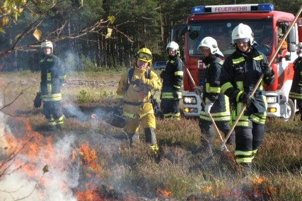 Praktische Ausbildung mit echtem Feuer. Auf dem Truppenübungsplatz Scheuen schult ein Ausbilderteam von @fire kommunale Feuerwehren in der Vegetationsbrandbekämpfung. (Foto: @fire)